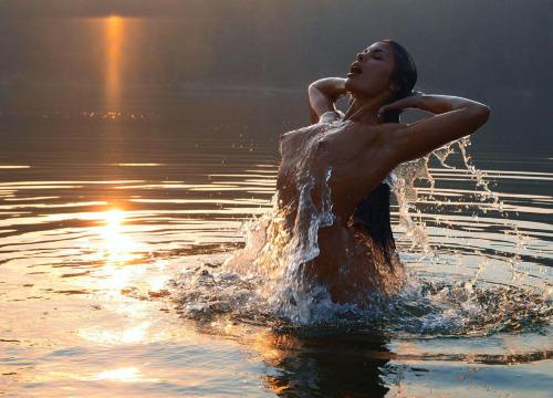 【濡れ美女エロ画像】涼しそうでしょw水と戯れて人魚姫みたいな裸の美女(;´Д`)
