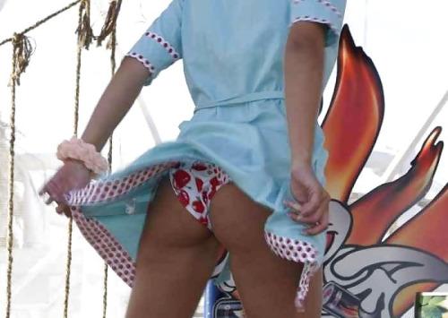 【パンチラエロ画像】吹いたらミニを探せ!丸見え大歓迎の風パンチラ(*´д`*)