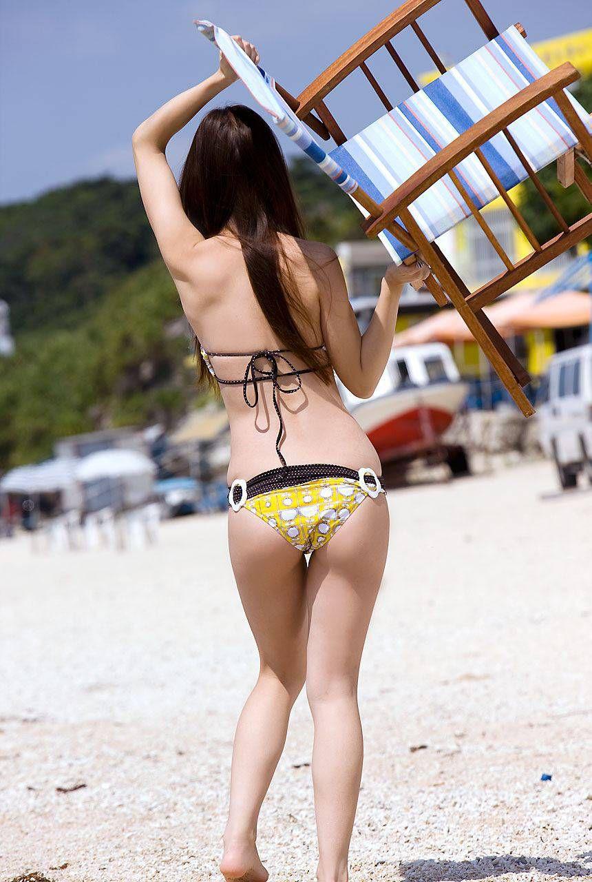 【水着エロ画像】一般人もハミ出してナンボ!お尻を主張し過ぎなビキニギャル(*´д`*)