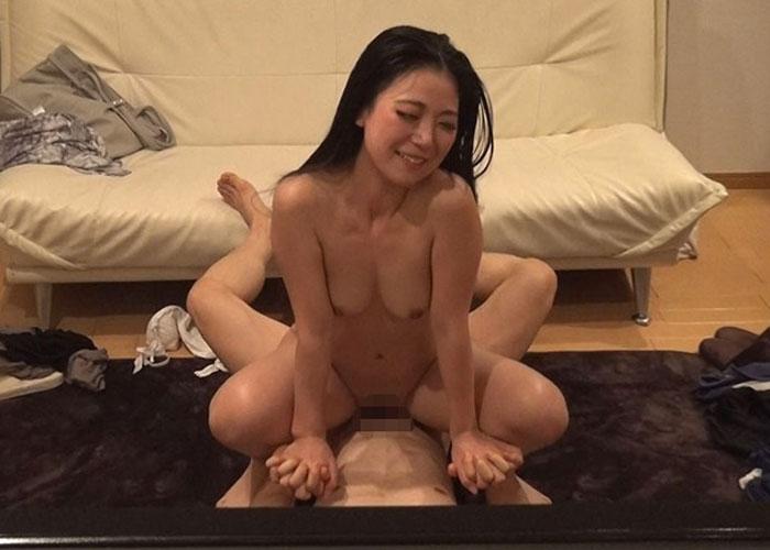 【エロ動画】会員の人妻を連れ込み酔わせてヤリまくるインストラクター(*゚∀゚)=3 02