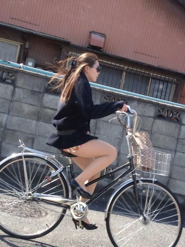 【パンチラエロ画像】自転車にミニスカなんて下着を見逃せないでしょ(*´Д`)