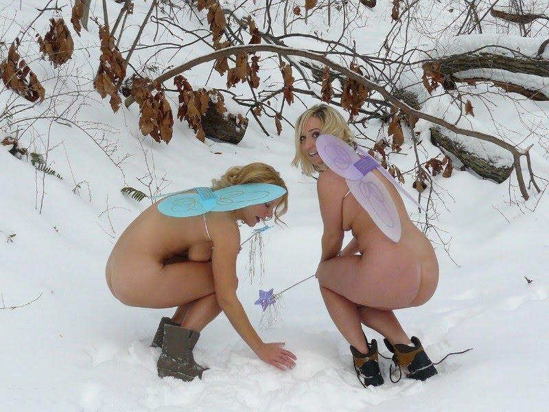 【露出エロ画像】霜焼け大丈夫?早い納涼気分を届ける雪景色で露出する人々(;´Д`)