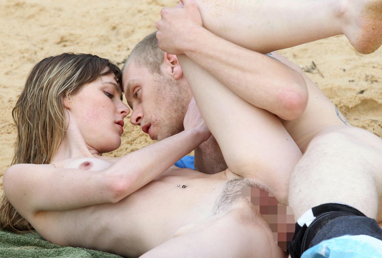 【青姦エロ画像】やはりやらかしましたか…ヌーディストビーチの掟破りたち!(*´д`*)