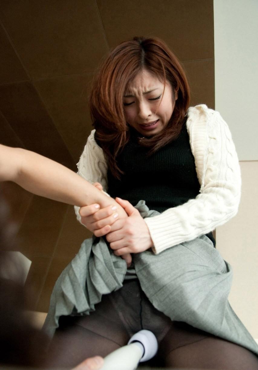 【玩具エロ画像】一瞬で昇天も可能!?日本の大発明、電マが女をイワせる現場(;゚Д゚)