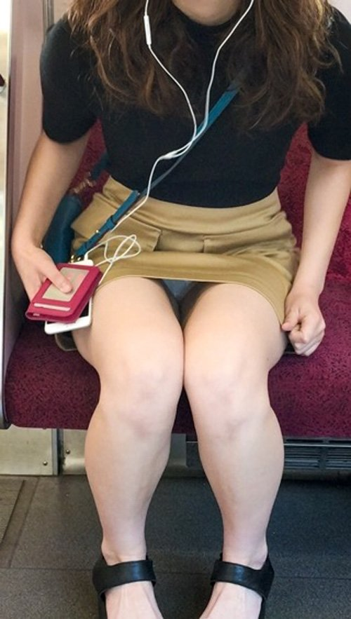 【パンチラエロ画像】毎日乗ってもそうそう拝めないw貴重な電車対面チラ(;´∀`)