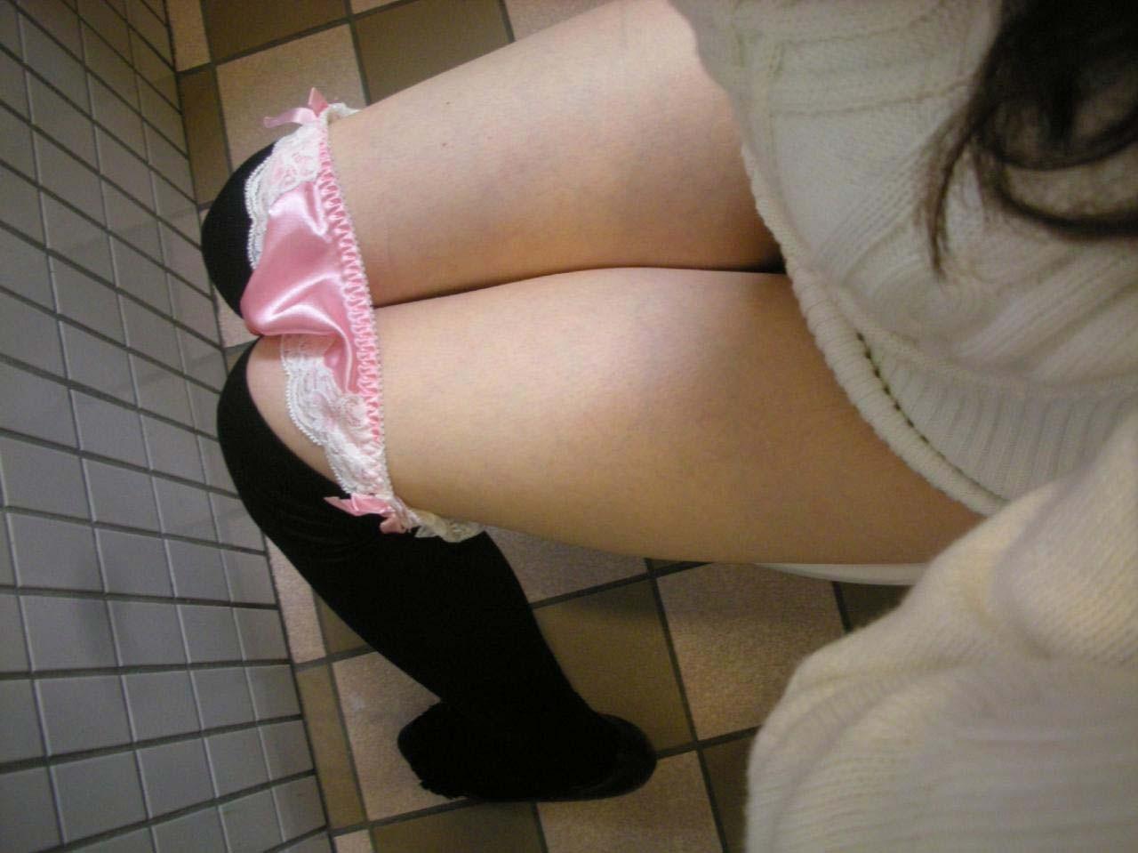 【トイレエロ画像】おしっこするところ見せて!力技で女子のトイレを目撃(;・∀・)