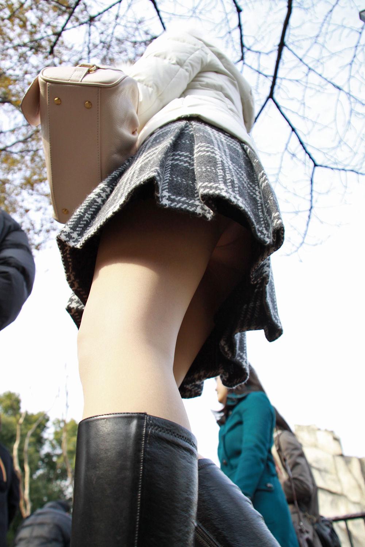 【パンチラエロ画像】肉眼が無理ならカメラで!鉄板ローアングルで下着ゲット(;´∀`)