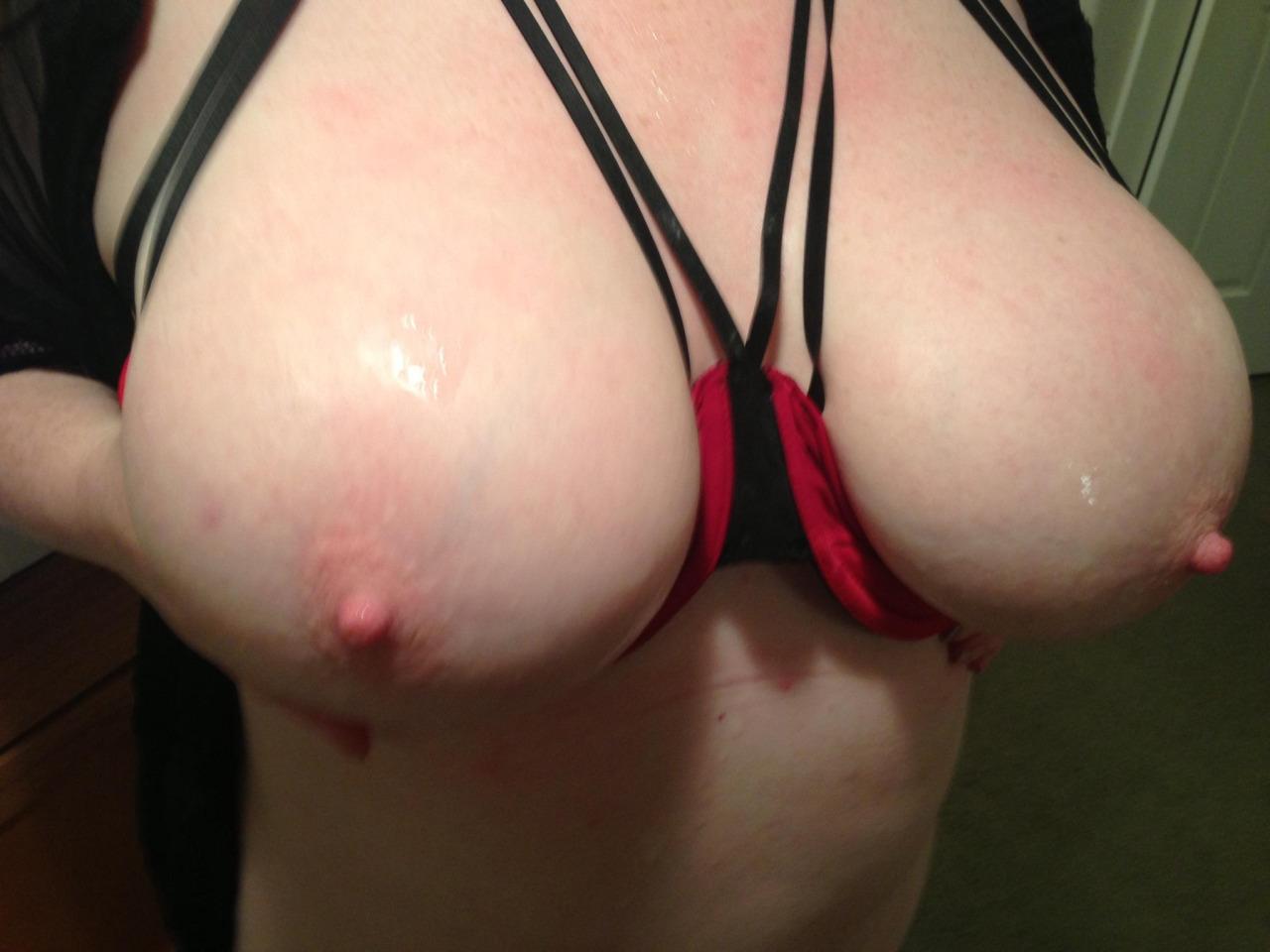 【美乳エロ画像】あくまで胸の形を整えるためw隠す事をやめた丸出しブラとおっぱい(;゚Д゚)