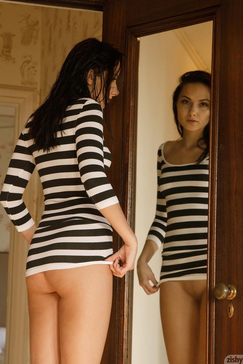 【股間エロ画像】上は着てても…下だけ裸族な美女たちのプライベート(;´∀`)