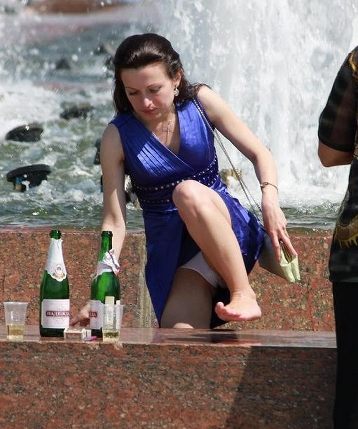 【パンチラエロ画像】水浴びついでの…濡れてるかもしれない外人さんの下着チラ(;´Д`)