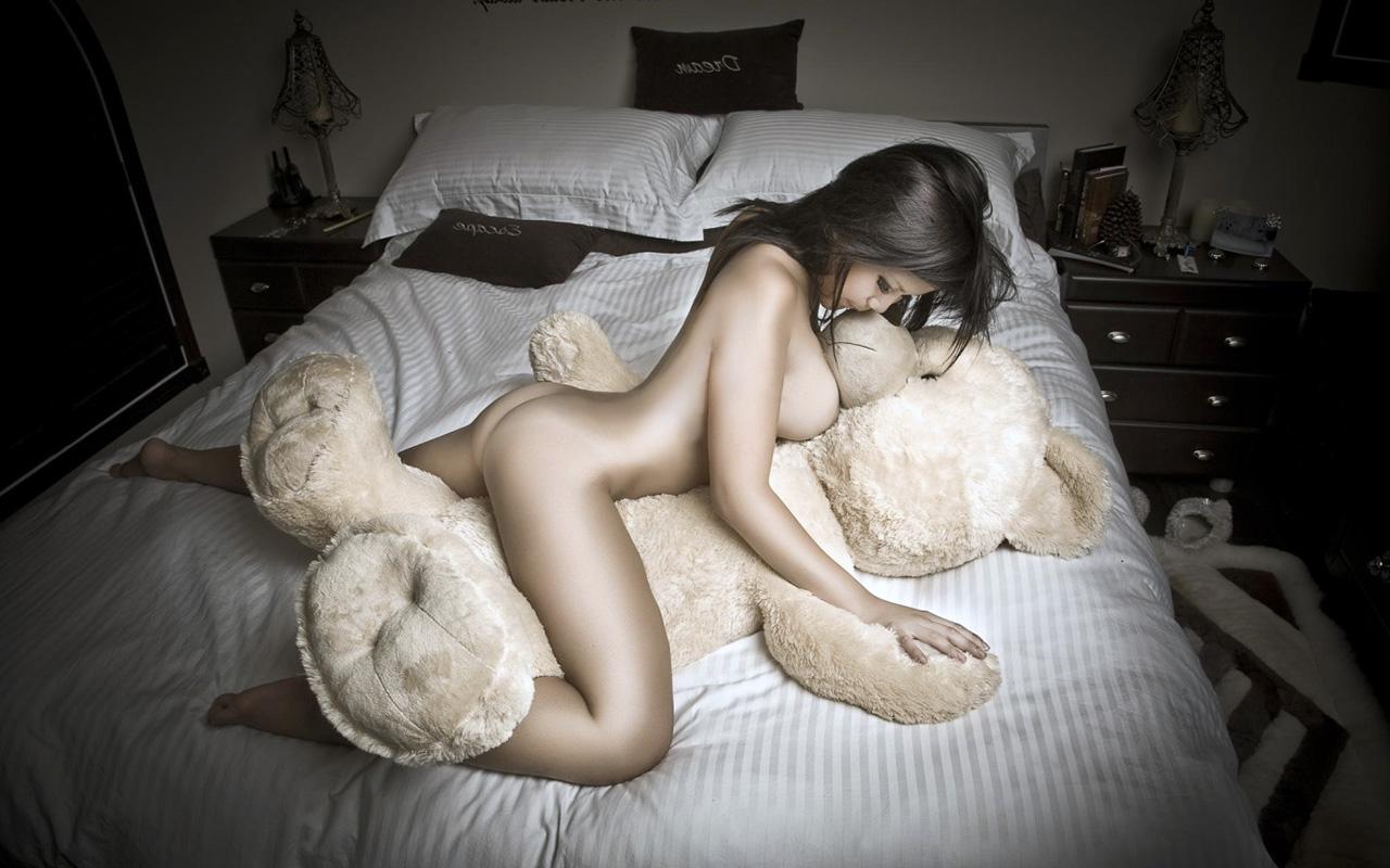 【巨乳エロ画像】早急な寝返りを希望wうつ伏せでぶちゅりと潰れたおっぱい(*´Д`)
