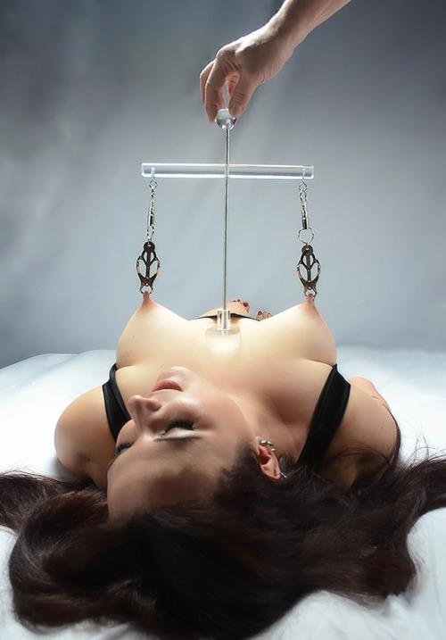 【SMエロ画像】口を割っても終わりませんw性的拷問の餌食と化したM女(*´д`*)