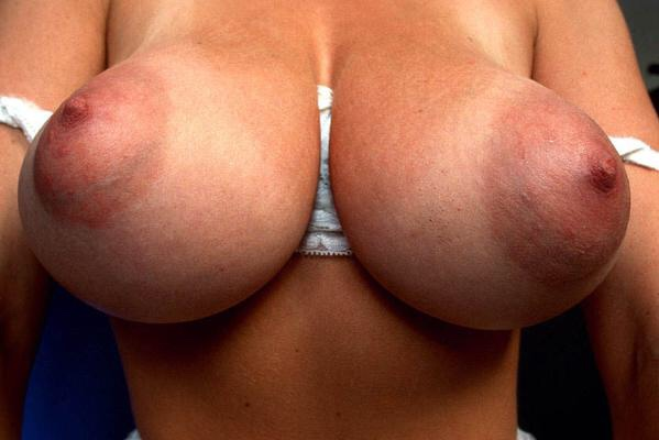 【乳輪エロ画像】勃たせれば縮んで咥えやすくなるw巨乳にお似合いのデカ乳輪(*´д`*)