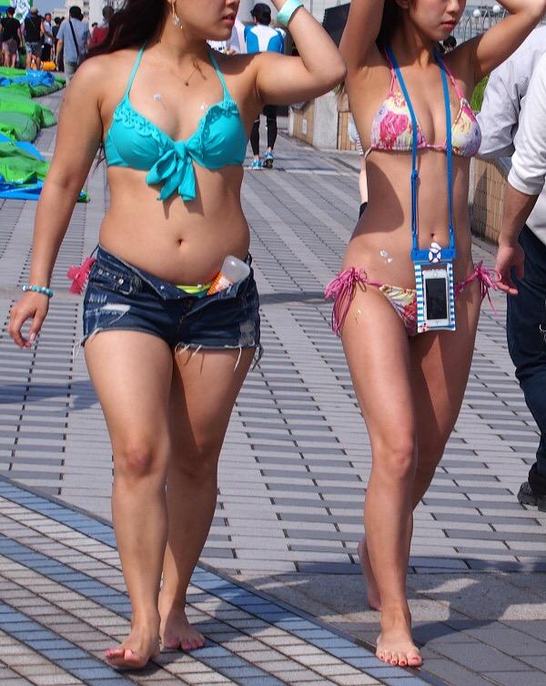 【水着エロ画像】どんな着替え方しているのかも気になるwビキニ巨乳の素人達(;´Д`)