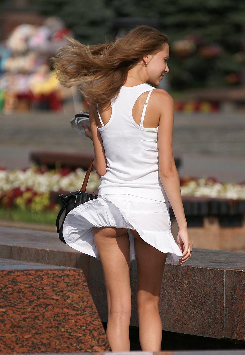 【パンチラエロ画像】待ちわびた突風w構えたカメラは抜かりない風パンチラの瞬間!(*´Д`)