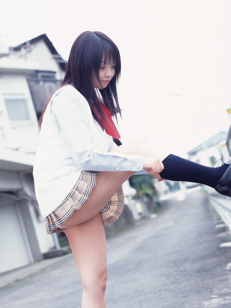 【JKエロ画像】フェイクでも似合っているから着るのを許されるJKコス!(;´Д`)