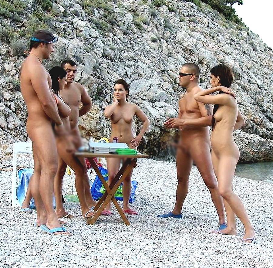 【海外エロ画像】ここに恥じらいは不要w勃起見ても全裸で堂々とヌーディスト(;´Д`)