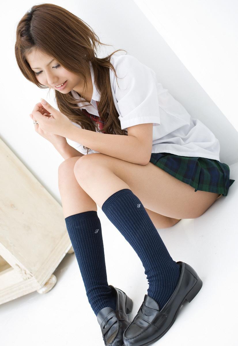 【チラリズムエロ画像】履いてるかどうか見せなさい!履いてないかもな座り女子(;´Д`)