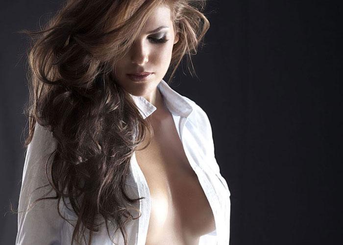 【ノーブラエロ画像】着せるなら素肌のまま!乳の存在感が凄いYシャツ美女(;´∀`)