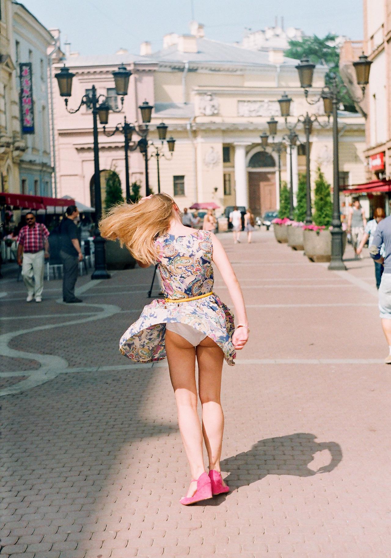 【パンチラエロ画像】自然には従う人たちwミニスカが風に舞えば下着も丸見え(;´∀`)