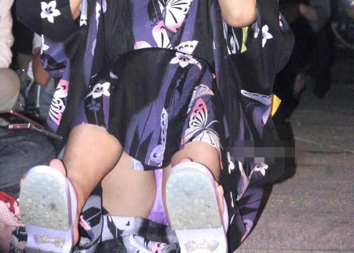 【パンチラエロ画像】祭りの時期も期待できそうw浴衣でもあり得る座りチラ(*´д`*)