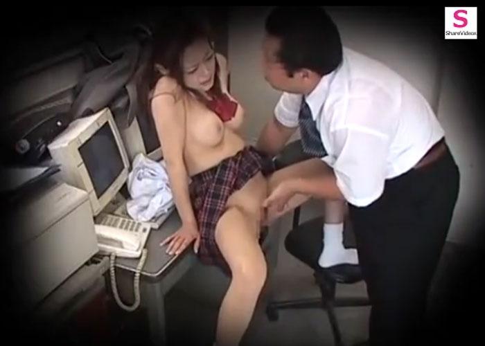 【エロ動画】無賃乗車を反省しない制服娘に対して駅員怒りの性的お仕置き!(*゚∀゚)=3