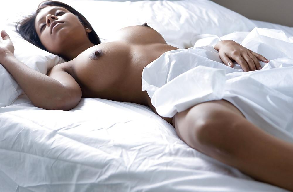 спящая женщина обожгла грудь врезался