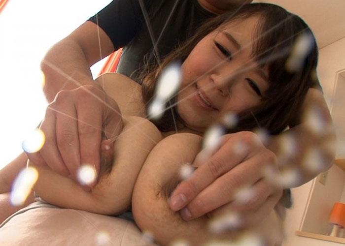 【エロ動画】奥さん飛ばし過ぎw母乳が噴き出過ぎて困っちゃうMカップ妻(*゚∀゚)=3