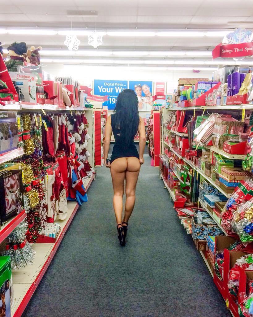 【露出エロ画像】全く売り上げ貢献にはならないw外人さんの勝手に店内露出(;´Д`)