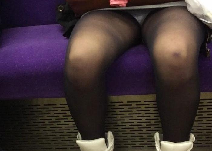 電車内の誰にも譲れない対面座席からのパンチラエロ画像