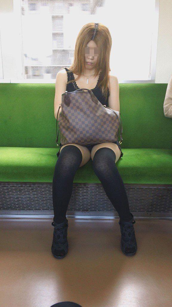 【パンチラエロ画像】対面ゲット!後はパンツ拝むだけな電車移動(*´Д`)
