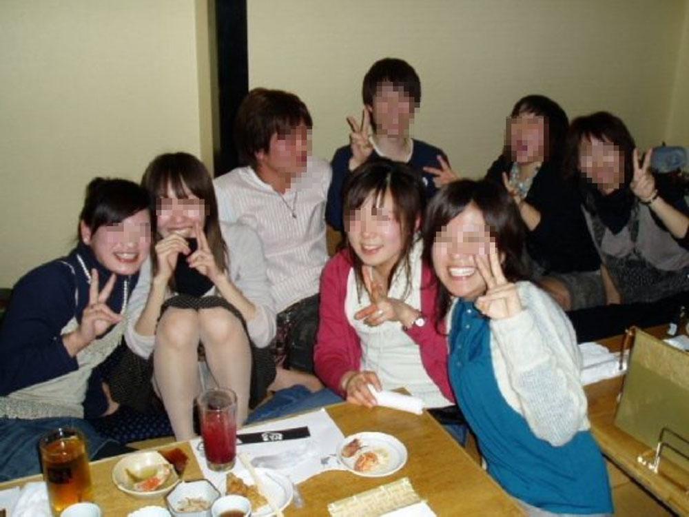 【パンチラエロ画像】半永久的に見えたままw記念写真でうっかりおパンツが(*´Д`)