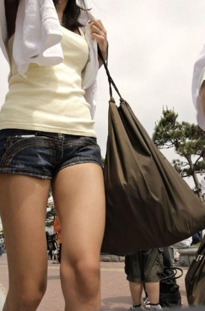 【ショーパンエロ画像】ホットパンツっぽい…微々たるハミ尻伴った街の美脚(;´Д`)