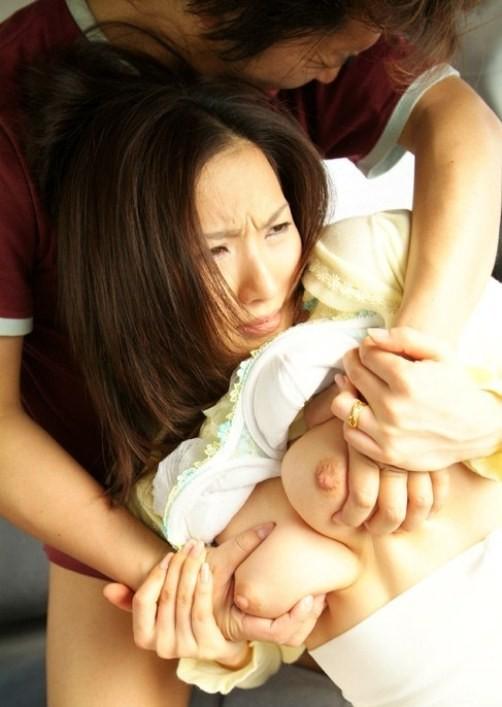 【乳揉みエロ画像】柔らかいほど癖になるw中毒性を伴うおっぱい揉み(;´∀`)
