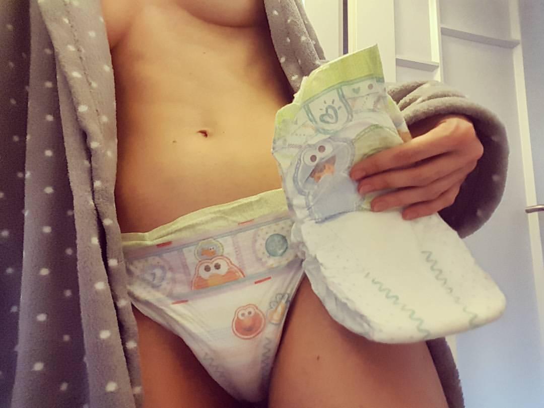【シュールエロ画像】脱がせたらパンツじゃなくてコレだと引くわぁ…変態おむつ女子(;゚Д゚)