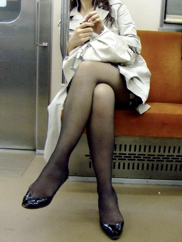 【美脚エロ画像】通勤手段を変える価値はあるw電車内にはムッチリ美脚がいっぱい(;´Д`)