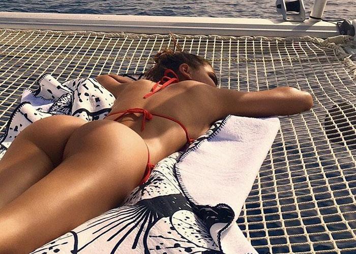 【水着エロ画像】バック素股のチャンスか!?ビーチで寝そべるTバックビキニ美女(*´Д`)