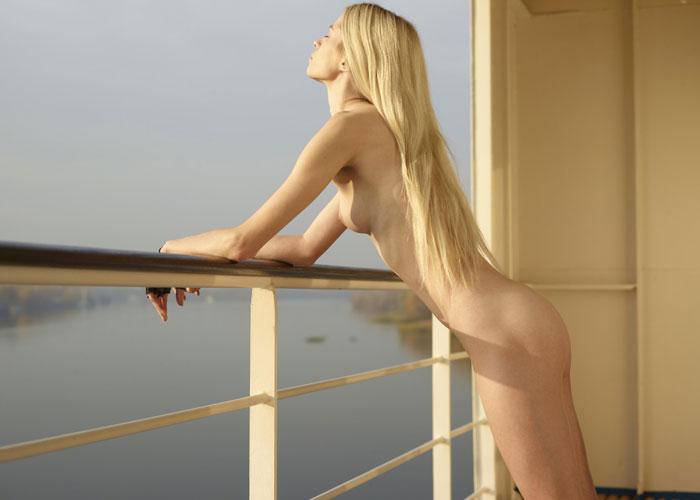 【露出エロ画像】暇を持て余すセレブだから可能!船の上で優雅に全裸(;´Д`)