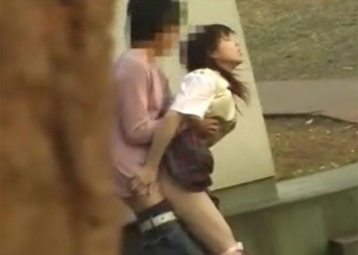 【エロ動画】何してるニャあの人間たち…ぬこ様の側でやらかす青姦カップル!(;゚∀゚)=3 02