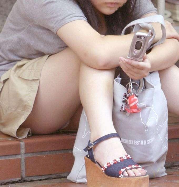 【パンチラエロ画像】見逃せない股の間!座った女の丸見えパンツを逃さず激写(;´Д`)