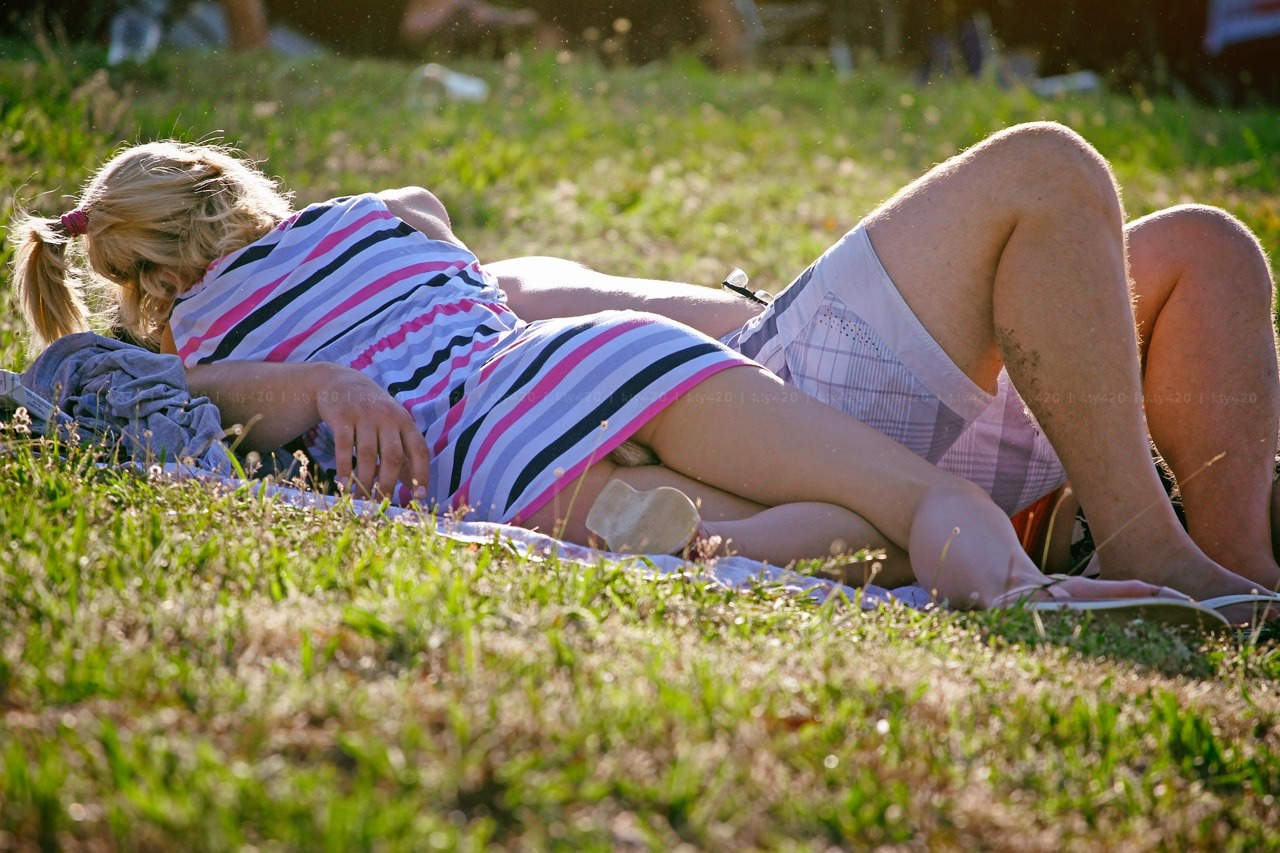 【パンチラエロ画像】丸見えだけど気にしないw野原で寝転ぶミニスカ外人さん(*´Д`)