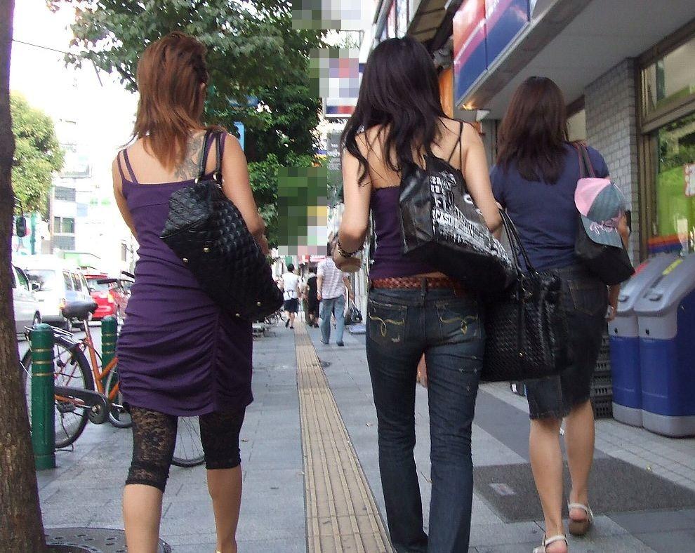 【背中エロ画像】夏だから出してるw街角夏ギャルたちの汗も帯びた背中(;´Д`)