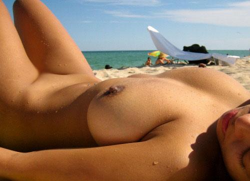 【海外エロ画像】最初から恥じる必要などない!ヌーディストビーチは全裸天国(;´Д`)