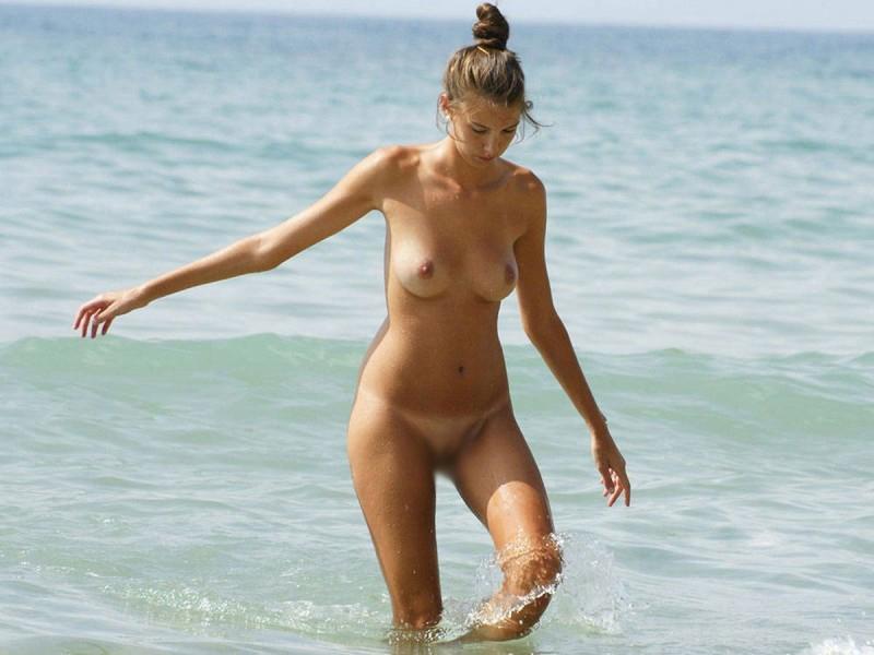 【海外エロ画像】恥は不要の領域!全裸見放題なヌーディストたちの聖地(;^ω^)