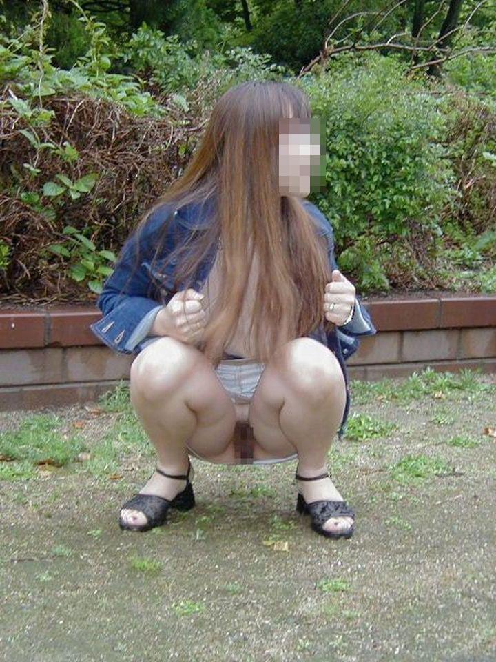 【露出エロ画像】捲ったらただの露出w見せ過ぎなノーパン変態さん(;´Д`)