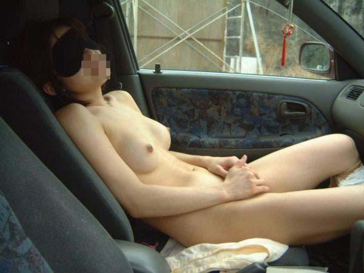【露出エロ画像】外からの視線に警戒しつつ車内で脱いじゃう変態さん(*´Д`)