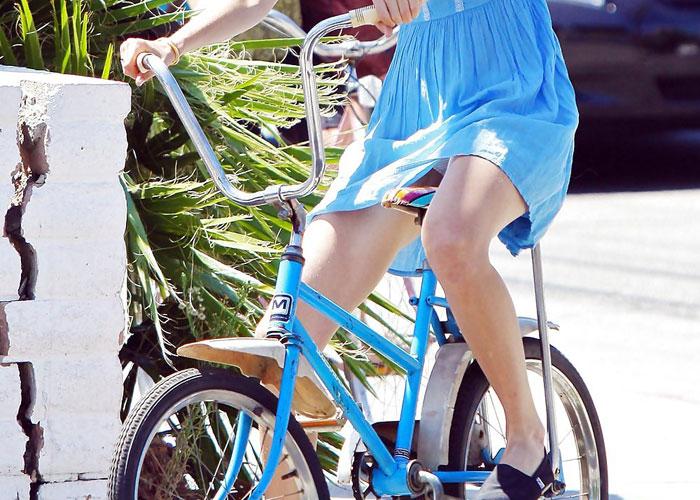 【パンチラエロ画像】一瞬のすれ違いでも見逃し不可な自転車女子のミニからチラリ(;´Д`)