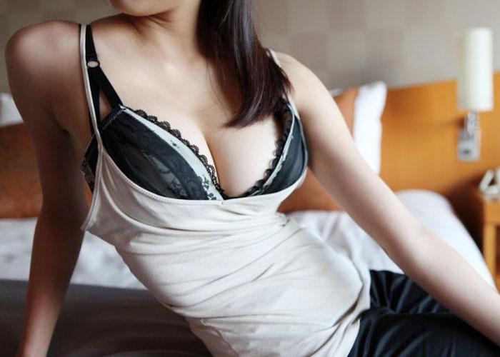 【巨乳エロ画像】ホックの外し方は…谷間を見せてヤる気なブラ装着おっぱい(*´Д`)