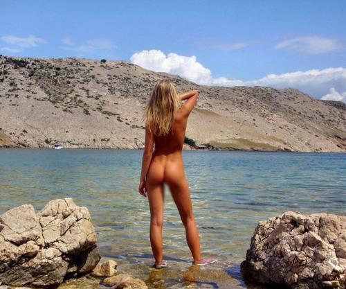 【裸体エロ画像】全裸で水遊びw脚はちゃんとある異国のマーメイド(*´д`*)
