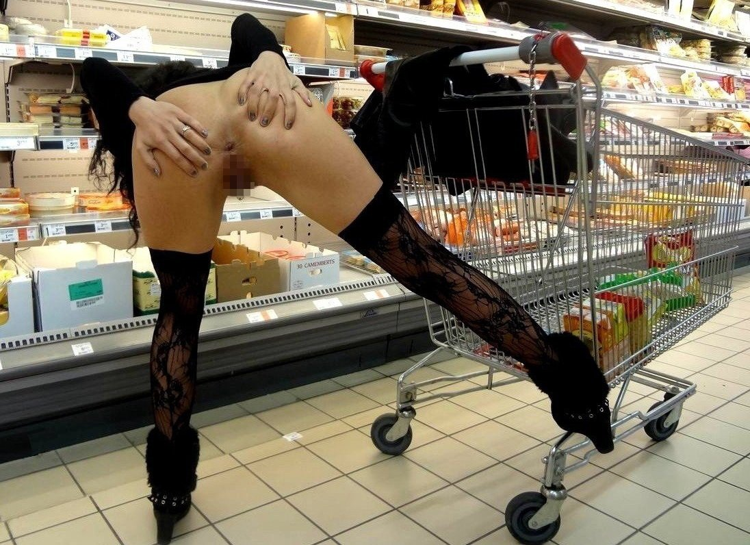 【露出エロ画像】店長こっち!店内の冷房で涼みながら裸を晒す変態さん(;´Д`)